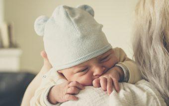 Je huilende baby laten huilen of niet?