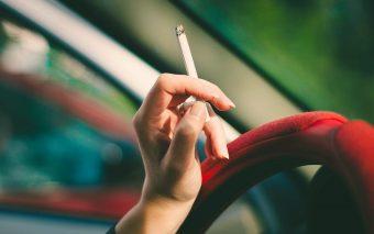 Een sigaretje in de auto. Met je kinderen achterin…