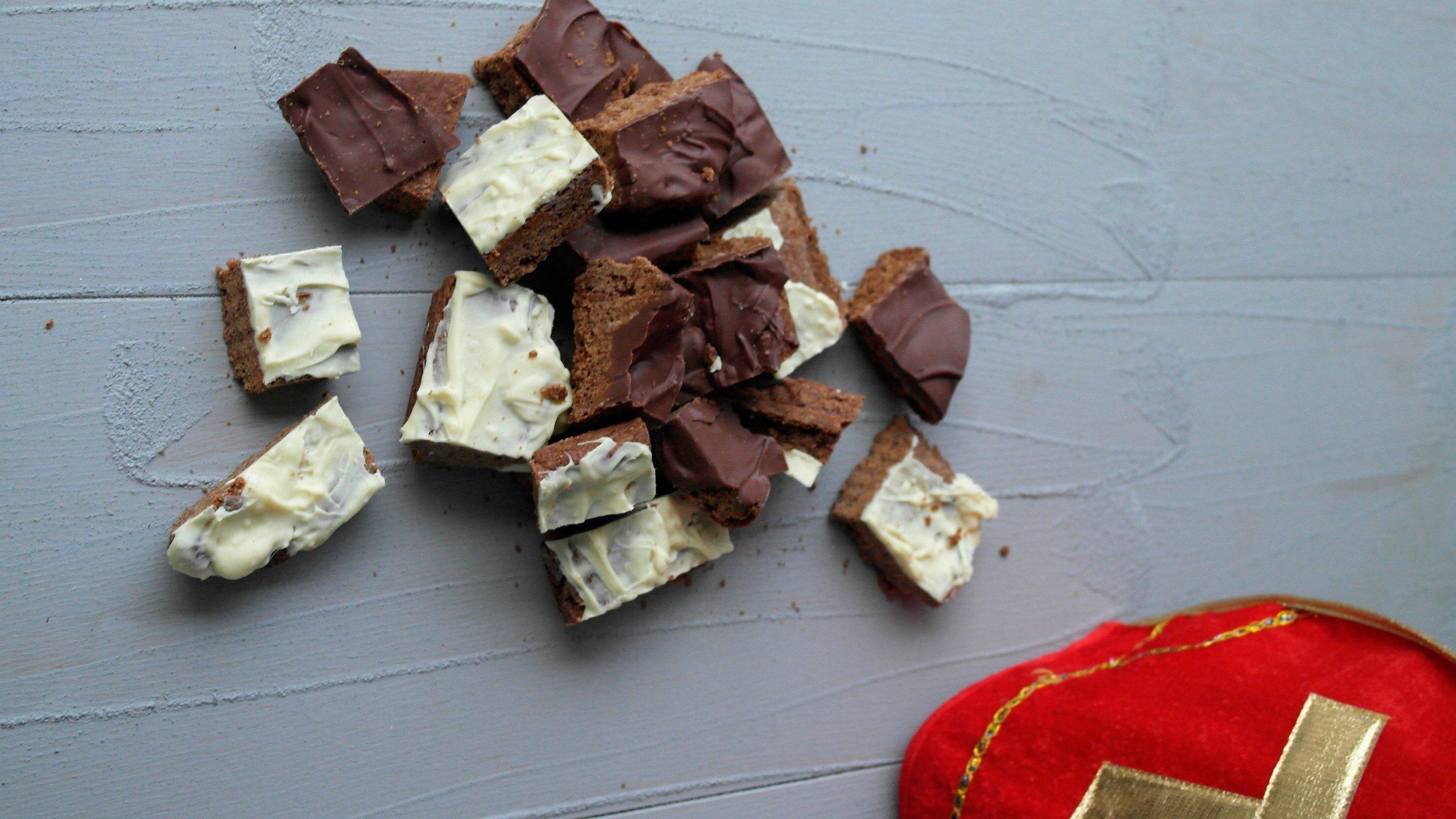 Sinterklaas recept: zelfgemaakte speculaasbrokken met laagje chocolade.