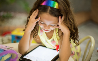 Jonge kinderen steeds vaker alleen op tablet en smartphone.