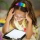 Jonge kinderen steeds vaker alleen op tablet en smartphone.