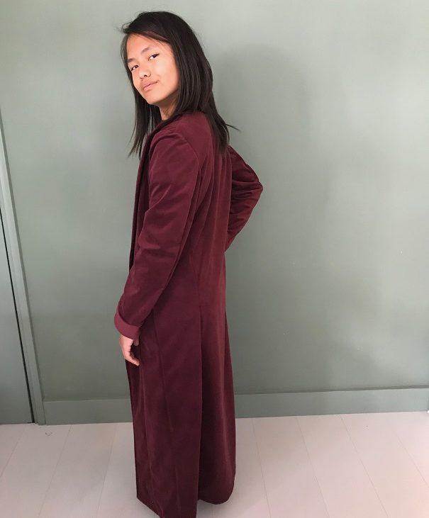Een bordeaux rode jas.