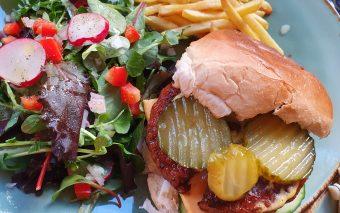 Lekkere maaltijd voor zonnige dagen: kipburgers met friet en sla.